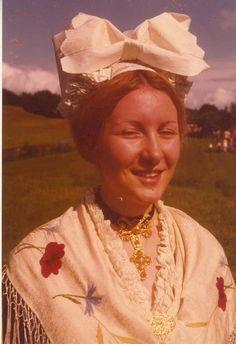 anni 70 - costume tradizionale di Viù, con la cuffia tipica del posto per i giorni di festa (3 °gruppo Folkloristico di Viù-To)