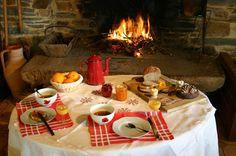 https://flic.kr/p/7NwchA | Gîtes de France - Petit-dejeuner en Chambre d'hotes - Renac (35) | Découvrez toute la convivialité de la formule Chambres d'hôtes des Gîtes de France ! En Haute-Bretagne, nos propriétaires vous attendent pour vous faire découvrir nos spécialités culinaires... Débutez la journée par un copieux petit-déjeuner au coin du feu. Ici, chez Mme Lambert, à Renac (CH7016), au Pays de Redon. Découvrez ces chambres