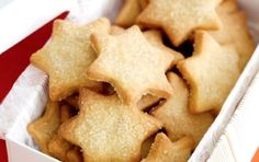 Recipes - English Vanilla Biscuits: Biscuits and tea. They go together like milk and honey. Vanilla Biscuits, Cinnamon Biscuits, Shortbread Biscuits, Cookie Recipes, Snack Recipes, Cinnamon Cookies, Thermomix Desserts, Star Cookies, Star Food