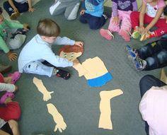 As educadoras do maternal II fizeram um boneco em EVA, separando cabeça, tronco e membros como um quebra-cabeça. As crianças deveriam montá...