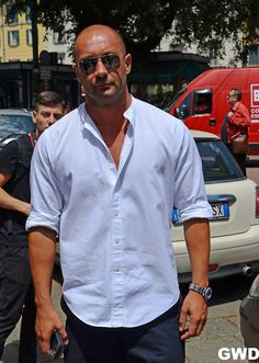 Milan Vukmirovic in a non-traditional take on the summer white shirt. Milan Vukmirovic, Bald Men Style, Best Mens Fashion, Men's Fashion, Banded Collar Shirts, White Shirt Men, Older Men, How To Look Better, Men Casual