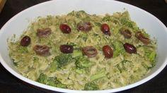 [Farfalle al pesto di broccoli] Puliamo i broccoli e dividiamo le cime dal gambo, lessiamo tutto in acqua salata. Le cime le ripassiamo in padella con l'aglio schiacciato e un filo d'olio, mentre i gambi li passiamo nel mix con il resto degli ingredienti aggiungendo un filo d'olio e un po' d'acqua di cottura. Lessiamo le farfalle nell'acqua di cottura dei broccoli, e quasi a cottura ultimata li ripassiamo nella padella con le cime dei broccoli, aggiungendo il pesto e amalgamando bene il…