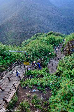 Sri Padaya (pico de Adán), Sri Lanka. La montaña es más a menudo escalado de diciembre a mayo. Durante otros meses es difícil subir la montaña debido a la lluvia muy fuerte, el viento extremo, y la niebla gruesa