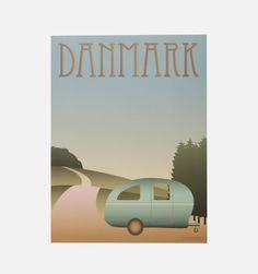 Camping - Danskerne er et af de folkefærd i Europa der camperer mest. Vissevasse har valgt at billedgøre netop denne klassiker - campingvognen. Fås i A5, 30x40 og 50x70.     Vissevasses plakater er tegnet i dyb kærlighed til det rene grafiske og simple udtryk. Ud over at have et alvorligt crush på mint-tyrkise farver og bløde pasteller, kommer inspirationen til farverne fra de Københavnske irrede kobber tårne, Art deco-perioden og den legendariske regnbueis.