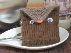 Tea toting owl free knitting pattern - this cute owl holds your tea bags when you travel. More free owl knitting patterns at http://intheloopknitting.com/6-free-owl-knitting-patterns/