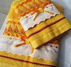 Conjunto de toalhas (banho e rosto) na cor amarela, bordado em vagonite e fitas. Tamanho : rosto 50 x 80 cm, banho 70 x 1,40. Marca: Karsten Aceitamos encomenda na sua cor favorita. Prazo para confecção: 7 dias. R$90,00