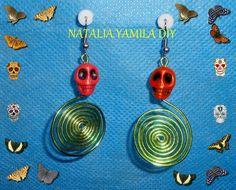 Aros / pendientes / aretes artesanales en alambre de aluminio verde manzana con detalle de calaveras de azúcar de resina . Skull handmade wire earrings