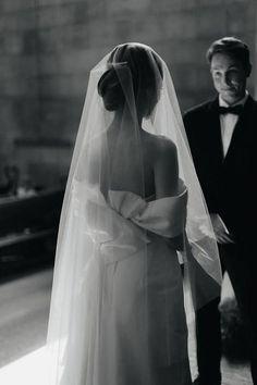 Wedding dress with bow and long veil 5 Wedding Bows, Wedding Veils, Dream Wedding Dresses, Wedding Shoot, Bridal Veils, Chapel Wedding, Wedding Beauty, Drop Veil, Bride Accessories