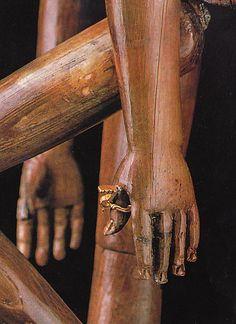 La bambola di Crepereia Tryphaena, particolre delle mani con anello d' oro con chiavetta per aprire il cofanetto del corredo, Roma 170-180 d.C.
