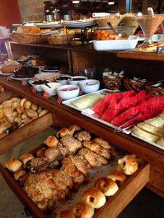 Brunch em São Paulo! No Bles D'or tem um buffet onde você se serve à vontade. Tem frutas, bolos, croissants doces e salgados, panquecas, sucos de frutas, várias geleias, ovos e muitos pães.