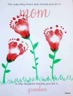 Fußabdrücke von Kindern als hübsches Blumenbild. Tipp für ein Blumenmeer: Einfach die Fußunterseite mit Acryl- oder Wasserfarbe anmalen, das Blatt Papier auf den Boden legen und das Kind darüber gehen lassen.