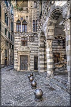 """San Matteo place, Genoa, Italy: a """"venetian"""" corner in the heart of Genoa - Piazza San Matteo, un angolo di Venezia nel cuore di Genova"""