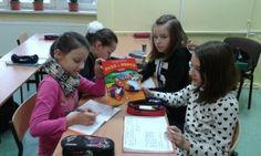 16 stycznia 2015 r. uczniowie klas 4 – 6 przekraczając próg klasy 302 A wstąpili do krainy bajek  i spotkali Kota w Butach. Podczas lekcji języka angielskiego uczniowie przypomnieli sobie tę wspaniałą bajkę i przekonali się, iż jest ona znana  na całym świecie. Następnie mogli obejrzeć ją na tablicy interaktywnej przy okazji czytając jej treść po angielsku.