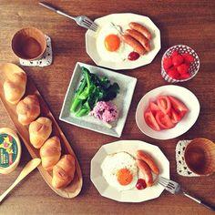 朝ごはんmgmg。    高知で買ってきた新鮮な野菜とイチゴ、それとトコ @floor_ig が送ってくれた美味しい卵。  そして高知で出会えた新しいうつわ。    私の中で贅沢度1000%、幸せな朝.∗̥✩⁺˚ - @cao_life- #webstagram