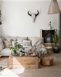 A veces incorporando algunos detalles decorativos como plantas, cuadros, velas, poufs... puedes conseguir un cambio muy eficaz en casa.