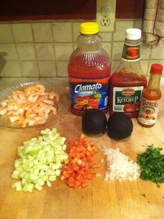 How to Make Shrimp Cocktail All chopped up and ready to assemble. I usually wait to cut my avocado so it won't brown. U can always add some lemon juice so it won't brown if u like. I just wait to cut it. Fish Recipes, Seafood Recipes, Appetizer Recipes, Mexican Food Recipes, Cooking Recipes, Healthy Recipes, Mexican Appetizers, Recipies, Mexican Shrimp Cocktail