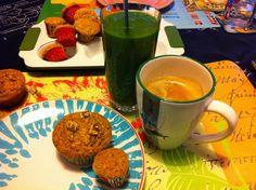 Tolles Frühstück, Petzi! Mit Haselnussmuffins, grünem Smoothie und einem Kaffee.