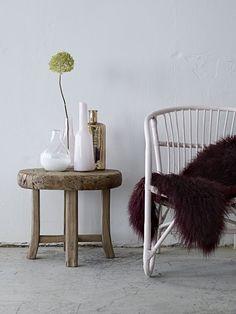 Gouden vaas op houten tafeltje | Golden vase on wooden table | Bloomingville