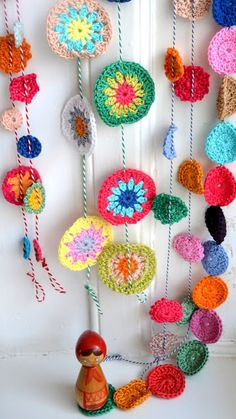 crochet garlands - just so I can remember for February. I want to make a crochet flower garland Crochet Home, Love Crochet, Crochet Motif, Beautiful Crochet, Diy Crochet, Crochet Crafts, Yarn Crafts, Crochet Flowers, Crochet Projects