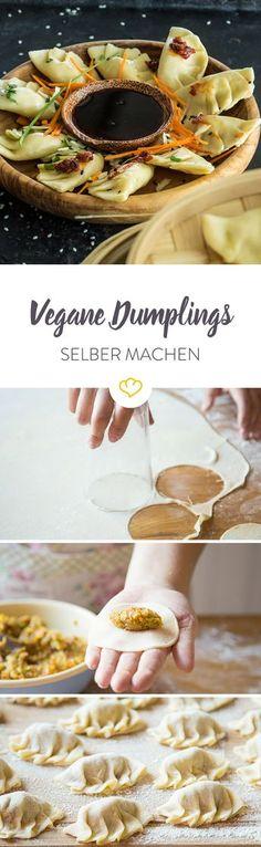 Diese Teigtaschen kommen ohne tierische Produkte aus. Die saftige Gemüsefüllung kombiniert mit der knusprigen Unterseite der Dumplings - ein Gaumen-Gedicht.