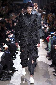 Comme des Garçons Fall 2013 Ready-to-Wear Collection Photos - Vogue Avangard Fashion, Runway Fashion, Fashion Show, Fashion Outfits, Fashion Design, Fashion Pants, Lila Gold, Vogue Paris, Fashion Project