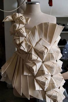 Origami Ball, Moda Origami, Origami Dress, Fabric Origami, Diy Origami, Origami Design, Origami Paper, Origami Fashion, Paper Fashion