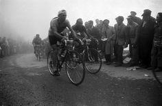 1953 13/7 rit 10 Col du Tourmalet > [photo Frank Scherschel/Time & Life Pictures/Getty Images]