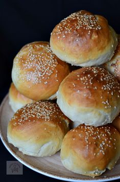 Chifle pentru hamburgeri in 2020 Healthy Sandwich Bread Recipe, Healthy Sandwiches, Baby Food Recipes, Baking Recipes, Dinner Rolls Easy, Cooking Bread, Good Food, Yummy Food, Food Gallery