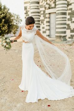 Be prepared to travel with your wedding dress with this do's and don'ts! #bridalmusings #bmloves #travel #weddingdress #weddinggown