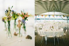 bröllop i glastältet på Dalarö Skans, dukat med ängsblommor och färglada vimplar