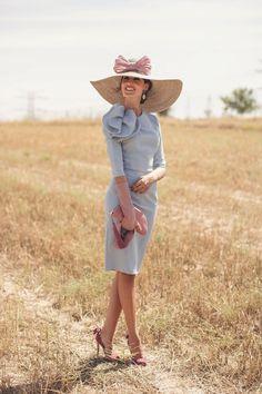http://invitadaperfecta.es/invitadas/look-invitada-de-manana-el-vestido-azul-serenity/7332