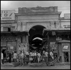 Η Δημοτική Αγορά του Πειραιά, κατεδαφίστηκε το 1970. Φωτογραφία: Δημήτρης Παπαδήμος. Old Photos, Vintage Photos, Old Greek, Crete, East Coast, Old Town, Old Things, History, Artwork
