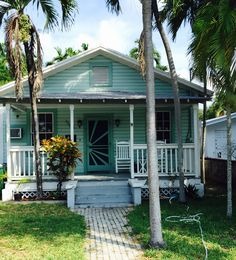 Authentic KeyWest cottage in the Casa Marina neighborhood Cottage Rugs, Cottage Style Homes, Beach Cottage Style, Beach Cottage Decor, Coastal Cottage, Goin Coastal, Estilo Key West, Case Creole, Beach Cottage Rentals