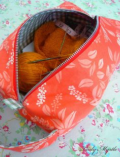 zippered box bag. tutorial here http://trulymyrtle.blogspot.co.uk/2012/03/box-bag-tutorial.html