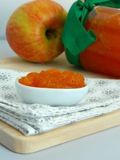 This homemade jam is uncommon but really tasty and, most of all, healthy: carrots and apples are combined to create a good marmalade for an excellent breakfast. Mousse, Beautiful Fruits, Pesto, Love Food, Pickles, Watermelon, Vegan Recipes, Food And Drink, Smoothie