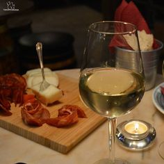 Friday, Friday, Friday.... #winetasting #winenightfriday #whitewines #whitewineslovers #wineandcheese #wineandham #wineandsausage #fridaynight