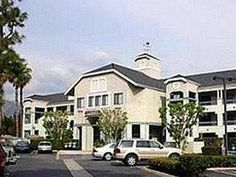 Los Angeles (CA) Oak Tree Inn United States, North America Located in Pasadena, Oak Tree Inn is a perfect starting point from which to explore Los Angeles (CA). The hotel has everything you need for a comfortable stay. Facilities for disabled guests, Wi-Fi in public areas, concierge, elevator are there for guest's enjoyment. Each guestroom is elegantly furnished and equipped with handy amenities. The hotel's peaceful atmosphere extends to its recreational facilities which incl...