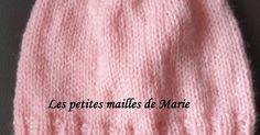 Bonjour les tricopines et les crochetines, Aujourd'hui je vais vous montrer comment tricoter un bonnet taille naissance, facile à réaliser... Knitted Hats, Couture, Knitting, Fashion, Hands, How To Crochet, Easy Knitting, Tricot Facile, Moda