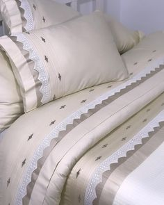 Our customers' hand lace hand-embroidery over the ribs with care . Diy Pillow Covers, Diy Pillows, Bed Covers, Linen Bedding, Bedding Sets, Diy Bett, Gold Bedroom, Home Textile, Bed Spreads