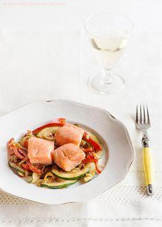 Receta de salmón a baja temperatura con la técnica de cocina sous-vide o al vacío, muy sencilla y para principiantes. Con fotos paso a paso y consejos