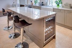 Kitchen Island With Seatting Ideas Kücheninsel Barhocker Are Kitchen Remodeling Books Worth Buying? Kitchen Island Storage, Modern Kitchen Island, Kitchen Island With Seating, New Kitchen, Kitchen Decor, Gloss Kitchen, Kitchen Islands, Shaker Kitchen, Kitchen Bar Design