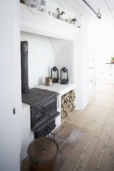 39 Ideas wood burning kitchen stove design for 2019 Kitchen Stove Design, Alter Herd, Wood Stove Cooking, Wood Burning Cook Stove, Tiny Homes, New Homes, Swedish House, Swedish Kitchen, Old Kitchen