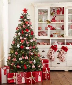 Beautiful Christmas Tree Design and Decor Ideas White Christmas Tree Decorations, Christmas Tree Design, Beautiful Christmas Trees, Noel Christmas, Pink Christmas, Xmas Tree, Red Tree, Christmas Kitchen, Ikea Christmas Tree