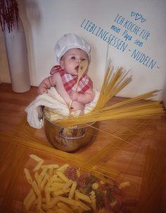 Baby im kochtopf beim Nudeln kochen