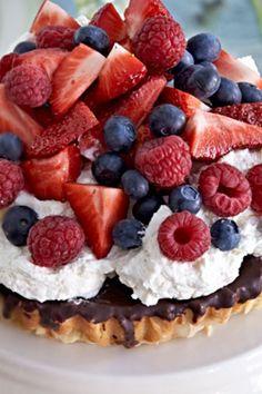 Mazarin med vaniljeskum og bær - har nu tænkt mig at lave hindbærcreme til. Baking Recipes, Cake Recipes, Snack Recipes, Dessert Recipes, Xmas Desserts, Lemon Layer Cakes, Danish Food, Dessert Bread, Creative Cakes
