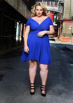 Sexy model pro boubelku. Líbí se mi kombinace  blond vlasy a modré šatečky. Střih dekoltu do V a délka mírně nad koleny říká jsem sebevědomá KRÁSKA .