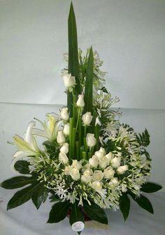 Resultado de imagem para arranjos florais para finados Large Flower Arrangements, Flower Arrangement Designs, Funeral Flower Arrangements, Flower Centerpieces, Flower Decorations, Alter Flowers, Church Flowers, Funeral Flowers, White Flowers