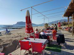Strandbarene åpner igjen i Alanya etter vinterdvalen. Vinteren i Alanya i 2017 har etter det mange tyrkere sier vært den kaldeste i manns minne