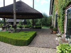 In essentie heeft de inrichting van een boerenerf drie functies, die gerelateerd zijn aan de plek. De sierfunctie ligt aan de voorzijde, de nutsfunctie met moestuin en composthoop ligt achter op het erf en de zijtuin is een combinatie van de twee functies. Farmhouse Garden, Stables, Garden Landscaping, Pergola, Sidewalk, Outdoor Structures, Landscape, Outdoor Decor, Google