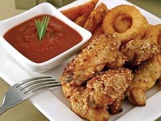 Acılı tavuk kanatları Top Recipes, Spicy Recipes, Meat Recipes, Chicken Wings Spicy, Chicken Wing Recipes, Hot Pepper Sauce, Stuffed Hot Peppers, Serving Plates, Food Illustrations